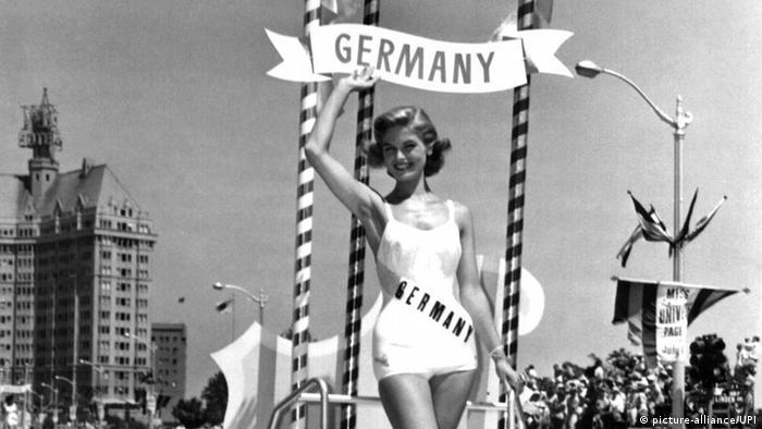 Gerti Daub, Miss Germany 1957, winkt bei einem Schönheitswettbewerb in Amerika im weißen Badeanzug. (picture-alliance/UPI)