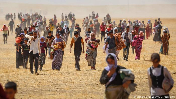 Thousands of Yazidi women fleeing on foot from Mosul, Iraq
