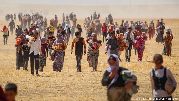 Irak Mossul Jesiden Flüchtlinge Frauen (picture-alliance/AA/E. Yorulmaz)