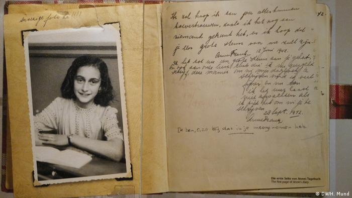 Die ersten Seiten des Tagebuchs der Anne Frank als originalgetreue Reproduktion. (Foto: DW/Heike Mund)