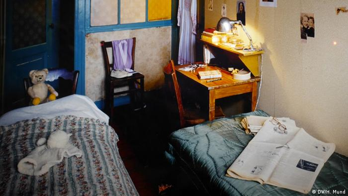 A replica of Anne's room, where she hid for two years and wrote her diary, at the Anne Frank Center in Berlin. Copyright: DW/Heike Mund