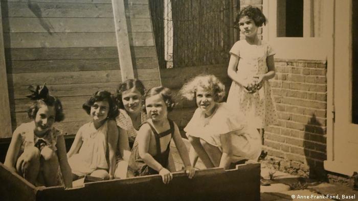Anne Frank im Sandkasten mit ihren Freundinnen (Foto: Anne-Frank-Fond, Basel)