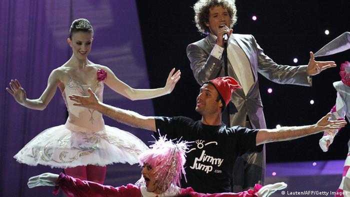اتفاقی مشابه هم در سال ۲۰۱۰ افتاده بود: در پنجاهوپنجمین دوره این مسابقات زمانی که نماینده اسپانیا در اسلو، پایتخت نروژ، مشغول اجرا بود، یکی از تماشاچیان (لباس سیاه با کلاه قرمزرنگ) روی صحنه آمد و بین گروه همراهان خواننده جا گرفت. به خواننده اسپانیایی فرصت داده شد بار دیگر برنامه اجرا کند. در آن دوره آلمان با ترانه Satellite با اجرای لنا مایر-لاندروت اول شد.