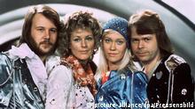 ARCHIV - Die Mitglieder der schwedischen Popgruppe Abba, (l-r) Benny Andersson, Annafrid Lyngstad, Agnetha Fältskog und Björn Ulvaeus, beim Grand Prix d'Eurovision de la Chanson im südenglischen Brighton. Mit ihrem Lied Waterloo belegten sie damals den ersten Platz. TV-Zuschauer aus mehr als 20 Ländern haben am im Jahre 2005 «Waterloo» von Abba zum beliebtesten Hit des Eurovisions- Schlagerfestivals seit dem Start vor 50 Jahren gewählt. Das schwedische Popquartett hatte den Wettbewerb 1974 gewonnen und schaffte damit seinen internationalen Durchbruch. (zu dpa Themenpaket Eurovision Song Contest vom 12.05.2006) +++(c) dpa - Bildfunk+++