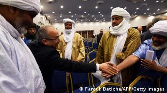 Le ministre algérien des Affaires étrangères, Ramtane Lamamra (2ème de gauche), s'entretient avec des représentants de groupes armés maliens lors des discussions qui déboucheront sur la signature de l'accord d'Alger.