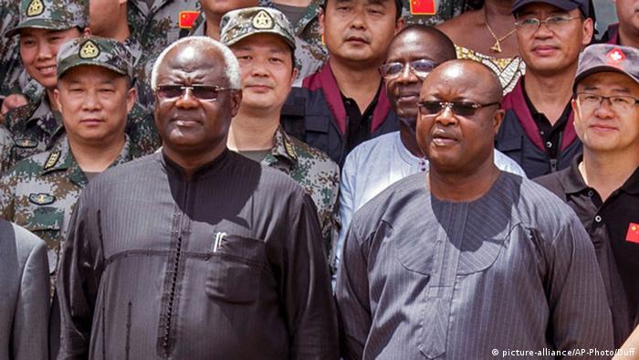 Ausschnitt Sierra Leone Ernest Bai Koroma und Samuel Sam-Sumana (picture-alliance/AP-Photo/Duff)
