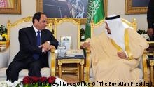 01 March 2015 epa04642789 A handout picture provided by the Office of the Egyptian Presidency shows Egyptian President, Abdel Fattah Al-Sisi (L), meeting with the new Saudi King (R), Salman Bin Abdulaziz, Riyadh, Saudi Arabia, 01 March 2015. According to reports al-Sisi met with the Saudi King to discuss among other things a joint Arab military force, but the meeting comes amid reports that the new King has not been as responsive as his predecessor to the needs of Egypt, in particular removing several key figures considered to be friendly to Egypt, Salman's stance toward the Muslim Brotherhood, all leading to fears that the massive amount of funding offered to Egypt could be in jeopardy, relations being further damaged by a set of recordings allegedly showing the President making disparaging remarks about the Gulf countries. EPA/OFFICE OF THE EGYPTIAN PRESIDENT / HANDOUT HANDOUT EDITORIAL USE ONLY/NO SALES +++(c) dpa - Bildfunk+++