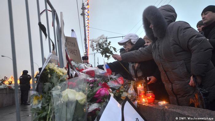Люди на месте гибели Бориса Немцова