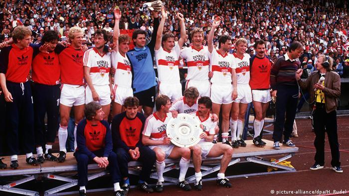 Die Spieler des VfB Stuttgart feiern die Deutsche Meisterschaft 1983/1984 (Foto: dpa/Rudel)