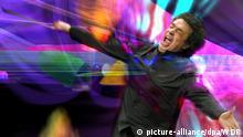 Die Bildmontage zeigt Chefdirigent Semyon Bychkov bei der Probe zum multimedialen Neujahrskonzert des Westdeutschen Rundfunks in Köln (Handout). Das multimediale Neujahrskonzert des Westdeutschen Rundfunks am Sonntag (01.01.2006) in Köln ist vom Publikum begeistert aufgenommen worden. Bei dem Experiment mit der Auferstehungs-Sinfonie von Gustav Mahler wurden Töne auf einer 54 Meter breiten Leinwand künstlerisch umgesetzt. Die Zuschauer erlebten die Installation des Medienkünstlers Johannes Deutsch in 3-D. Das Konzert unter Leitung von Semyon Bychkov läutete das Jubiläumsjahr des Senders ein, der in diesem Jahr sein 50-jähriges Bestehen feiert. Foto: WDR - Verwendung nur im Zusammenhang mit dem genannten WDR-Konzert - dpa/lnw +++(c) dpa - Bildfunk+++