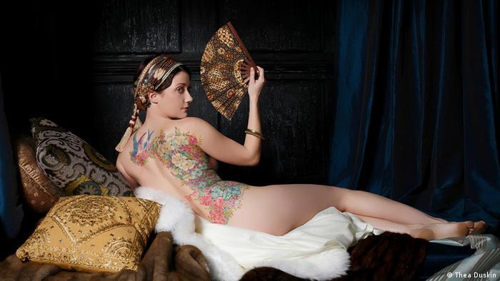Женщина с татуировкой