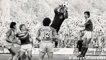 31.10.1982 Spitzenspiel in der 2. Fußball-Bundesliga: Der Torhüter von Bayer Uerdingen, Werner Vollack (2.v.r.), fängt den Ball am 31.10.1982 im Freiburger Stadion vor Joachim Löw (r) vom SC Freiburg, der schon zum Kopfball hochgestiegen war. Der Krefelder Hoffmann (vorn, Nummer 12) sowie SC-Mittelstürmer Benz (2.v.l.) beobachten die Szene (die Person links ist unidentifiziert). Die Partie, in der der Gästetorhüter aufgrund der druckvollen Freiburger Spielweise häufig im Mittelpunkt des Geschehens stand, endete 1:0 zugunsten der Breisgauer.