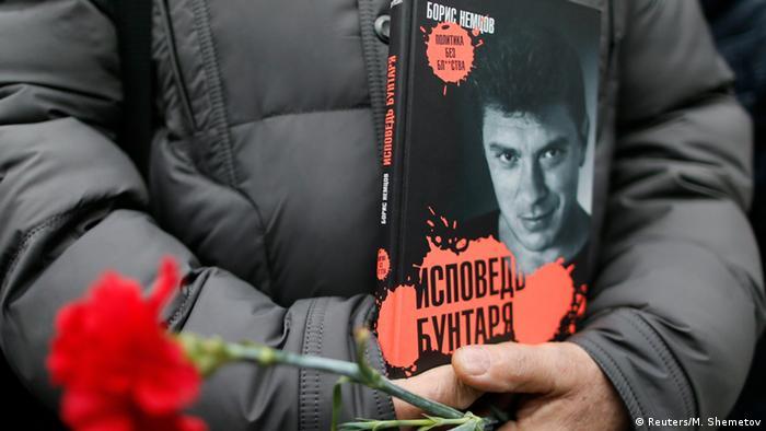 Книга Бориса Немцова Исповедь бунтаря в руках у женщины