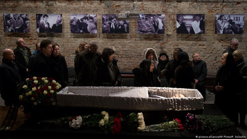 Mourners in Moscow pay respects to murdered Kremlin critic Nemtsov | DW | 03.03.2015