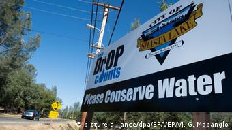 Water conservation signs along Shasta Dam Boulevard in Shasta Lake City, California (Foto: dpa).