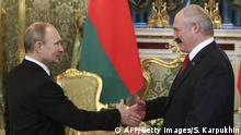 Bildunterschrift:Russia's President Vladimir Putin (L) shakes hands with his Belarus' counterpart Alexander Lukashenko during a meeting, part of a session of the Supreme State Council of the Union State, at the Kremlin in Moscow on March 3, 2015. AFP PHOTO / POOL / SERGEI KARPUKHIN (Photo credit should read SERGEI KARPUKHIN/AFP/Getty Images)