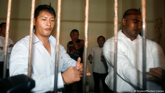 Australians Andrew Chan and Myuran Sukumaran wait in a temporary cell for their appeal hearing in Denpasar District Court in Indonesia's resort island of Bali in this September 21, 2010 file photo.