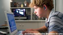 Jugendlicher vorm Computer