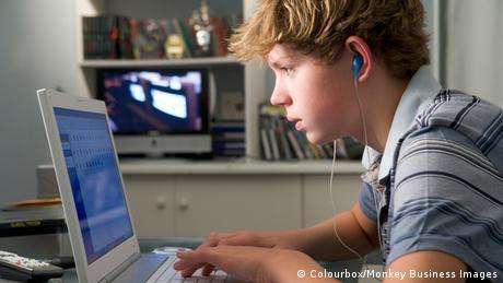 Jugendlicher vorm Computer (Colourbox/Monkey Business Images)