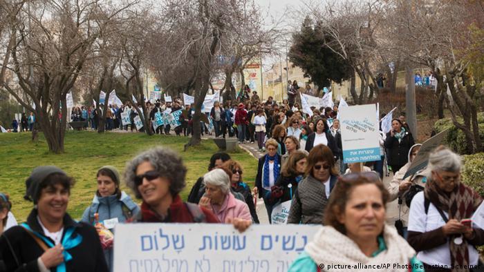 شعارهای فعالان جنبش صلح زنان شهامت صلح را دارند از جمله ما به پیمان صلح رأی میدهیم و ما زندگی را برمیگزینیم بود