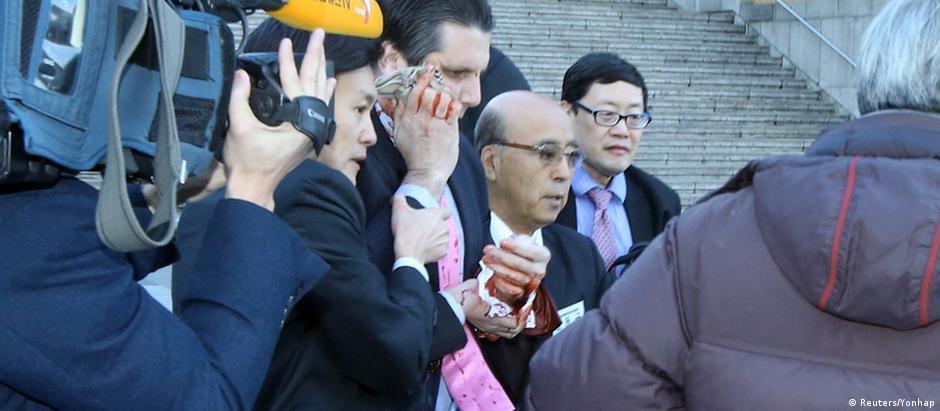 Embaixador Mark Lippert foi operado após cortes no rosto e no braço