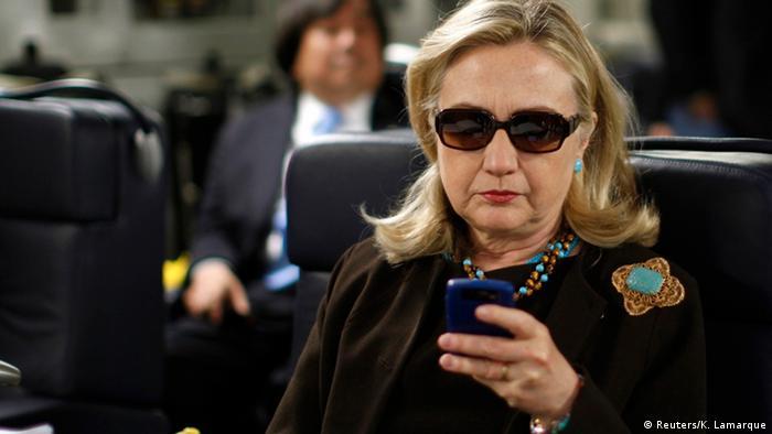 Hillary Clinton mit Handy