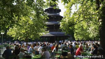 Biergarten da Torre Chinesa, no parque Englischer Garten, em Munique