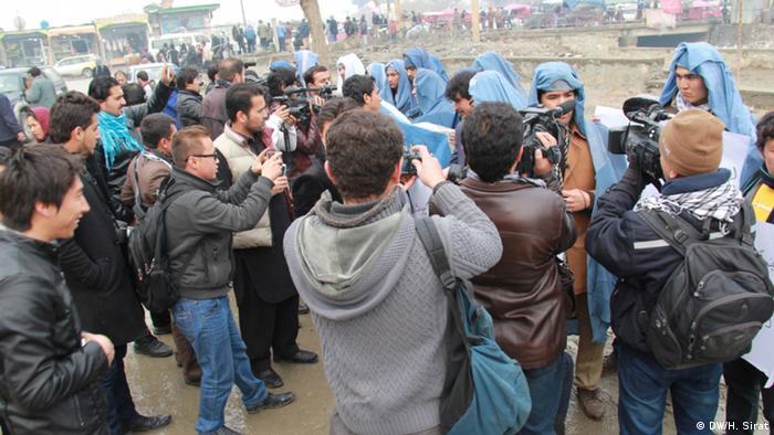 Afghanistan Männer protestieren gegen Burka (Foto: Hussain Sirat, DW)