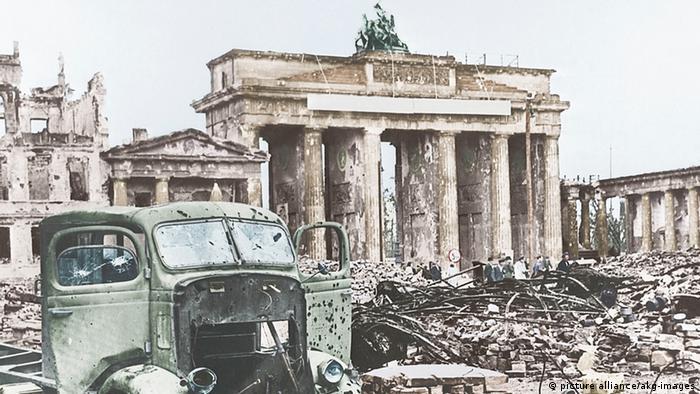 После войны Во время бомбардировок Второй мировой войны и взятия Берлина Бранденбургские ворота получили серьезные повреждения. В разделенном городе они оказались в советской оккупационной зоне. До 1957 года над ними развевался флаг СССР, а затем - ГДР. Квадрига была полностью разрушена. От нее уцелела лишь голова одной из лошадей. Сейчас она находится в музее.