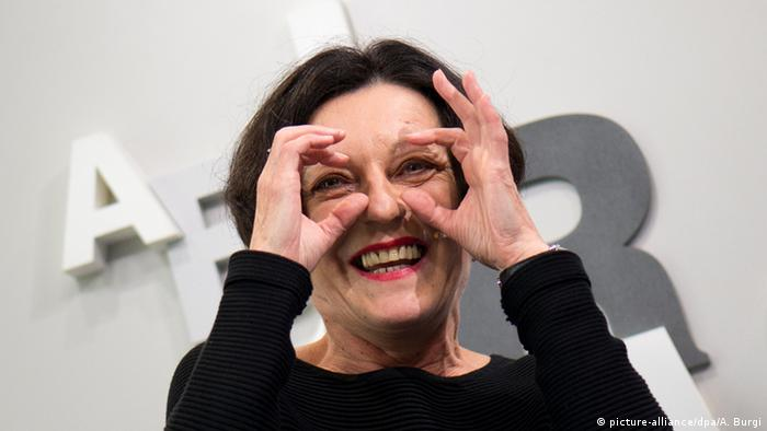 Portrait: Schriftstellerin Herta Müller formt aus den Händen ein Brille vor den Augen.(Foto: Arno Burgi/dpa(c) dpa - Bildfunk)