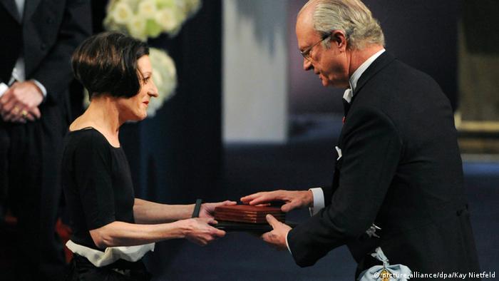 Der schwedische König überreicht Herta Müller den Nobelpreis für Literatur (EPA/PONTUS LUNDAHL / SCANPIX SWEDEN /2009)