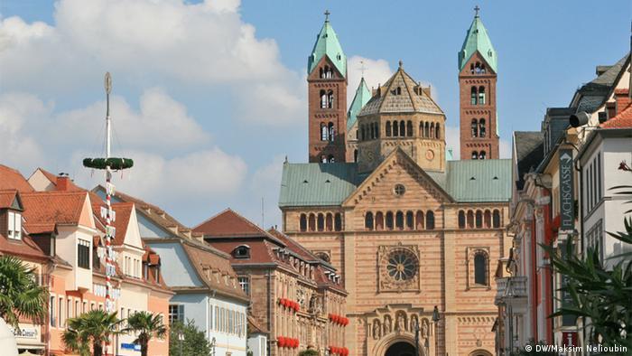 Вид на западную сторону собора с улицы Максимилианштрассе