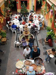 En el patio de Casa Xochiquetzal las residentes celebran una posada navideña.