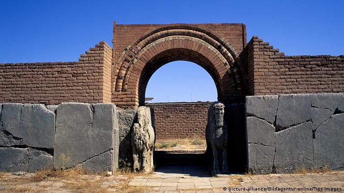 Nimrud before the destruction: stone entrance in front of a brilliant blue sky (picture-alliance/Bildagentur-online/Tips Images)