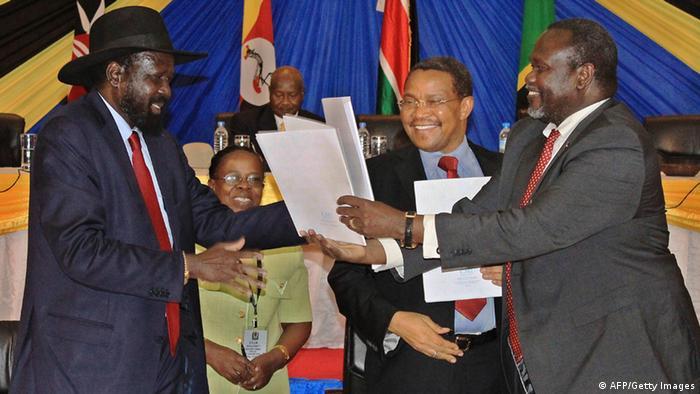Rebellenchef Machar (r.) und Präsident Kiir (l.) bei einem Treffen im Januar 2015 in der tansanischen Stadt Arusha (Foto: AFP/Getty Images)