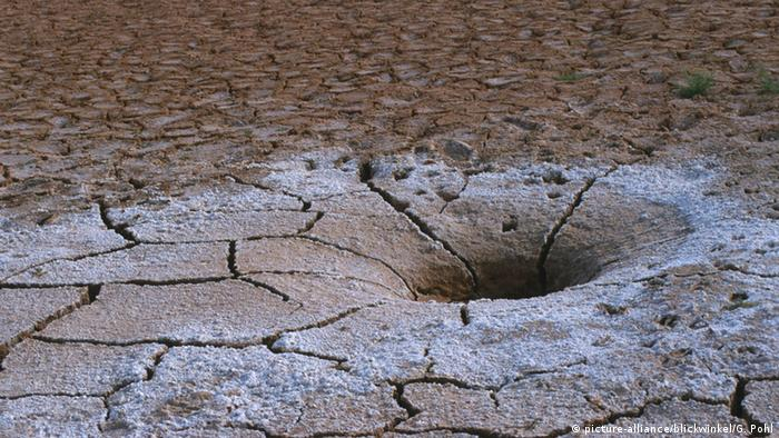 Dried-up seabed in Uzbekistan (Photo: picture alliance / blickwinkel/G. Pohl)