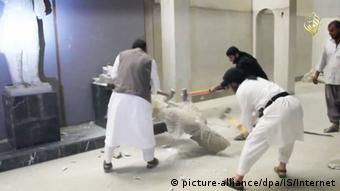 Propaganda video showing IS militants destroying cultural artifacts, Copyright: picture-alliance/dpa/Quelle: Islamischer Staat/Internet