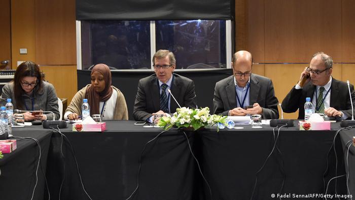 UN-Sondergesandter Bernardino Leon im Gespräch mit Vertretern der beiden libyschen Parlamente, 05.03.2015. (AFP / Getty Images)