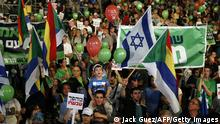 7.3.2015 *** Bildunterschrift:Israelis take part in a rally to ask for a change in the Israeli policy on March 7, 2015 on Rabin Square in the Israeli costal city of Tel Aviv. Israelis go to the polls on March 17, in a vote that looks set to bring rightwing Prime Minister Benjamin Netanyahu a fourth term in office. AFP PHOTO / JACK GUEZ (Photo credit should read JACK GUEZ/AFP/Getty Images)