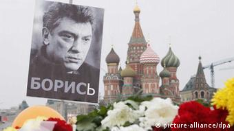 Цветы и фотография Бориса Немцова не месте убийства