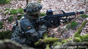 Немецкий солдат с винтовкой G36