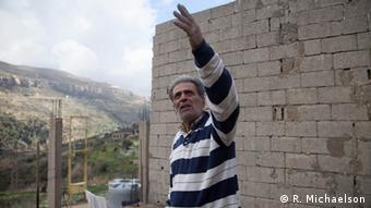 Alfred Khoury deutet aus seinem Haus auf sein Farmland (Foto: Ruth Michaelson)