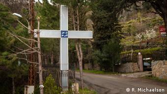 An einer Kreuzung vor dem Ortseingang nach Briih ist ein großes Kreuz aufgestellt(Foto: Ruth Michaelson)