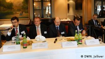 Участники подиумной дискуссии - первый слева Сергей Сумленный, второй справа Сергей Бабкин