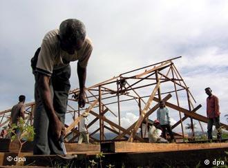 Habitantes de Aceh a construir uma casa nova no distrito de Meuraxa