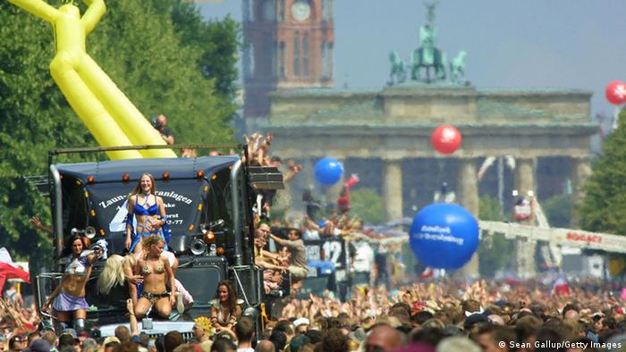 Berlin Love Parade in front of the Brandenburg Gate (Foto: Sean Gallup/Getty Images)
