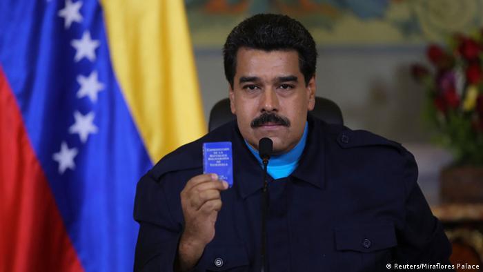 El presidente de Venezuela, Nicolás Maduro, sostiene la Constitución Nacional que sus opositores lo acusan de violar.