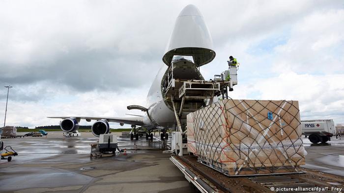 Flugzeug wird beladen (picture-alliance/dpa/T. Frey)