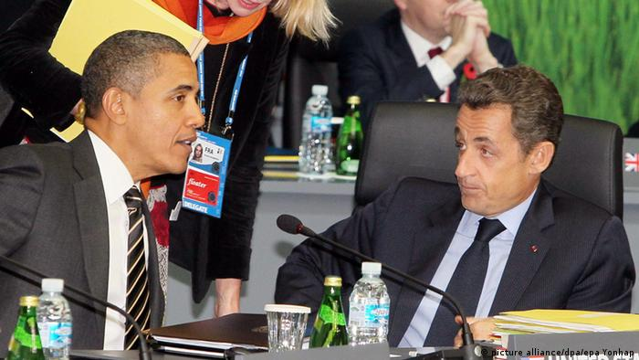 Sarkozy and Obama talk at the G-20 summit in 2011 (picture alliance/dpa/epa Yonhap)