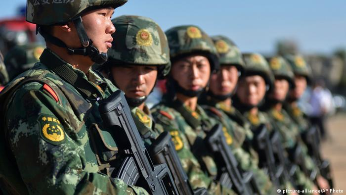 China Soldaten in der Xinjiang Provinz (picture-alliance/AP Photo)
